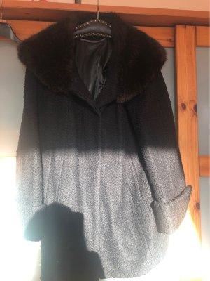 Schwarze Wolljacke mit Webpelzkragen