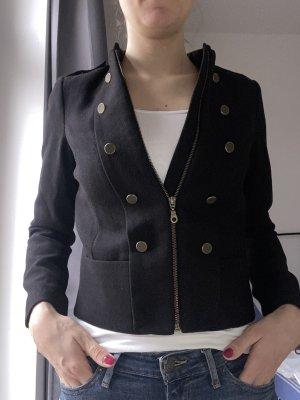 Schwarze Wolljacke, Uniform-Look