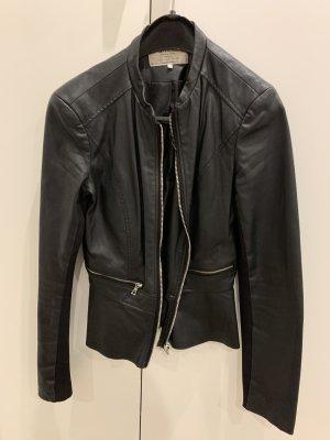 Schwarze Zara Lederjacke mit Schößchen und silbernen Reißverschlüssen