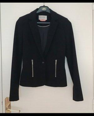 schwarzer Blazer kurz und schöner Stil