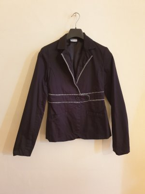 Schwarzer Blazer mit weißem Steppdetail an Taille