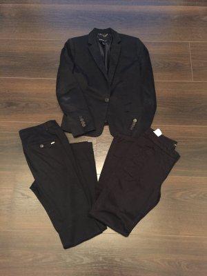 Schwarzer Blazer und zwei passende Hosen