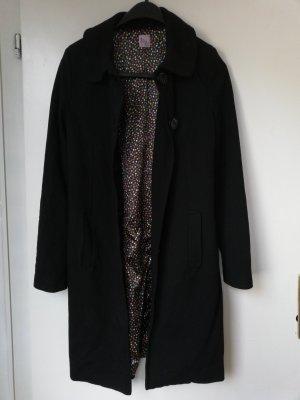schwarzer eleganter Mantel