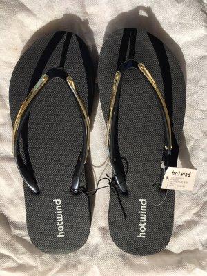 Schwarzer Flip-Flops mit Goldrahmen