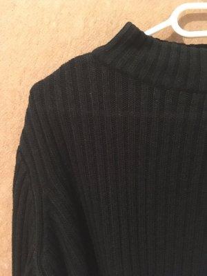 Schwarzer gerippter Pullover