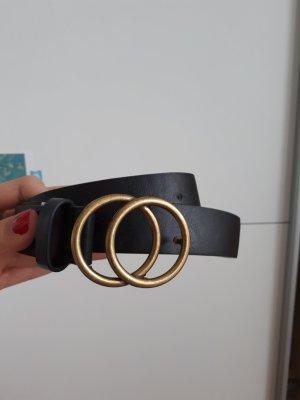 schwarzer Gürtel mit goldener Schnalle