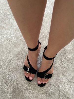 Schwarzer High-Heel mit Schnallen