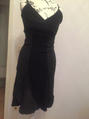 Schwarzer Kleid teilweise geraffter Stoff