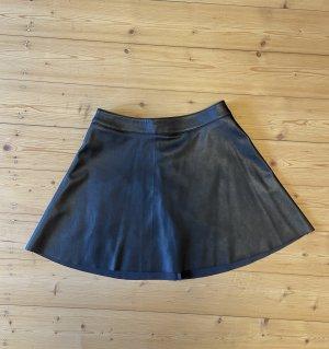 Schwarzer, kurzer Lederrock