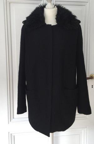 Schwarzer Mantel mit abnehmbarem Kragen aus