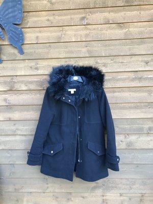 Schwarzer Mantel mit Fell