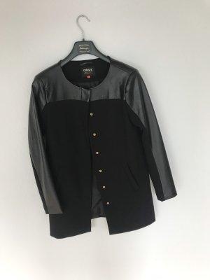 Schwarzer Mantel mit Kunstleder-Ärmeln