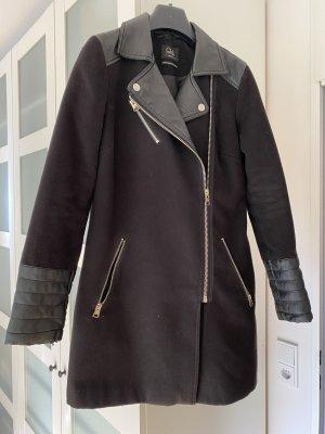 Schwarzer Mantel mit Lederoptik Details