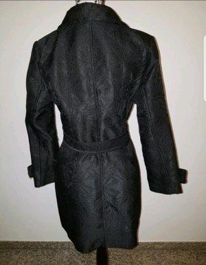 Schwarzer Mantel mit Mustern