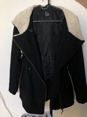schwarzer Mantel mit weißem Futter