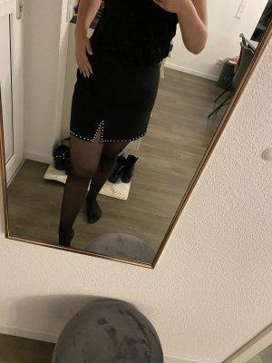Schwarzer Minirock mit Nieten