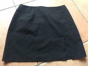 schwarzer Minirock mit seitlichem Schlitz