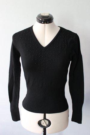 Schwarzer Pulli mit aufgestickten Perlen am Ausschnitt
