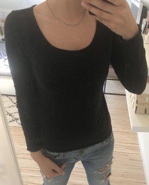 Schwarzer Pulli mit Knöpfen am Rücken