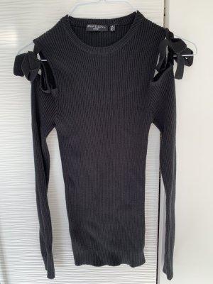 Schwarzer Pulli mit Schleifen an den Schultern