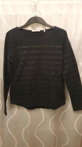 Schwarzer Pulli mit schwarzen Streifen
