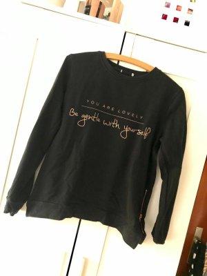 Schwarzer Pullover mit Aufschrift