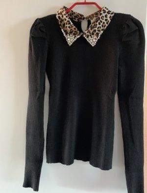 Schwarzer Pullover mit Leokragen und Glitzersteinchen an der Kragenpitze