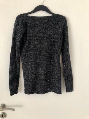 Schwarzer Pullover mit silbernen fäden