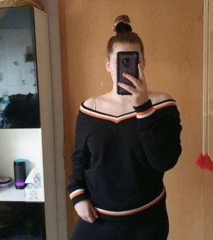 Schwarzer Pullover mit V-Ausschnitt und weißen und orangen Streifen