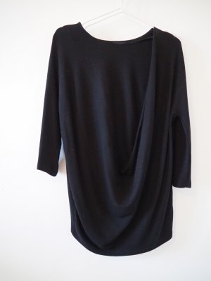 Schwarzer Pullover mit Zierfalte