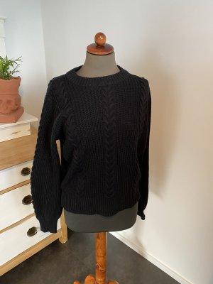 schwarzer Pullover mit Zopfmuster