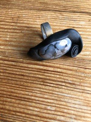 Pierścionek z ozdobnym kamieniem czarny-szary