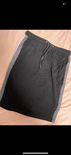 Schwarzer Rock mit streifen an den Seiten und Taschen in Größe XS