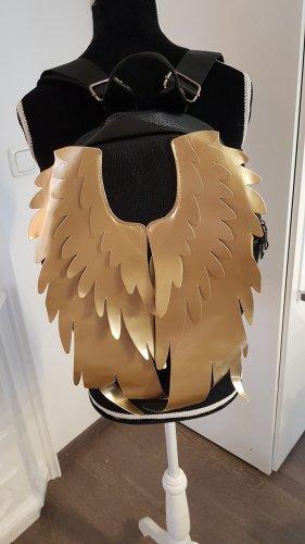 schwarzer Rucksack mit goldenen Flügeln