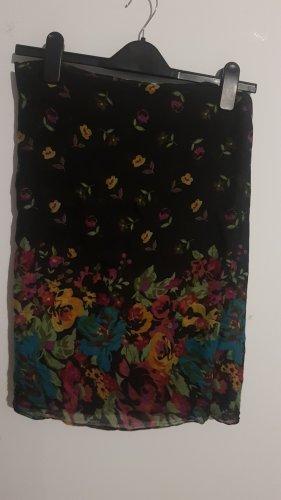 Schwarzer Schal mit farbigen Blumen