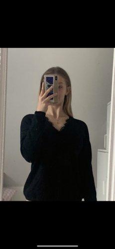 Schwarzer Sweater mit Spitze am Ausschnitt