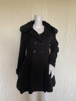 Schwarzer taillierter Mantel