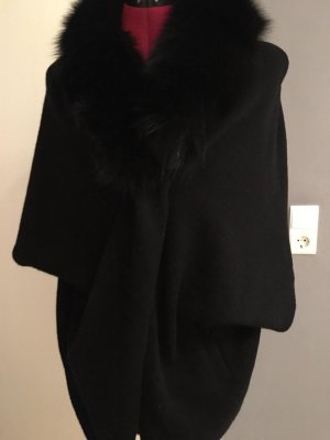 schwarzer Umhang mit Fell von GIOVI Pellicce