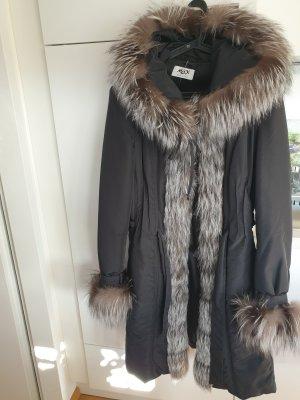 schwarzer Wintermantel