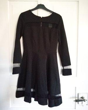 Schwarzes A-Linien Kleid mit durchsichtigen Mesh-Einsätzen