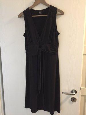 Schwarzes Abendkleid mit Raffung