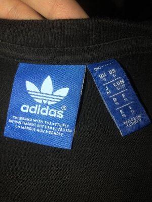 Schwarzes Adidas tshirt mit Muster