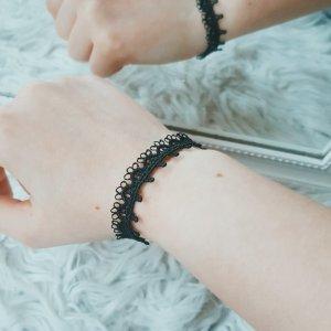Schwarzes Armband mit Spitze & silbernem Verschluss
