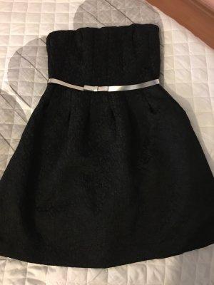 Schwarzes Cocktailkleid mit silberfarbenem Gürtel