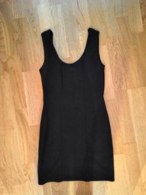 schwarzes, enges Kleid mit tiefem Rückenausschnitt