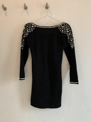 Schwarzes figurbetontes Kleid mit Perlen und tiefem Rückenausschnitt