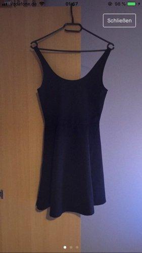 schwarzes geripptes Kleid