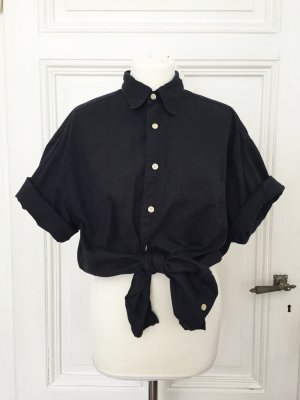 Schwarzes Hemd aus strukturiertem Stoff mit hellen Knöpfen