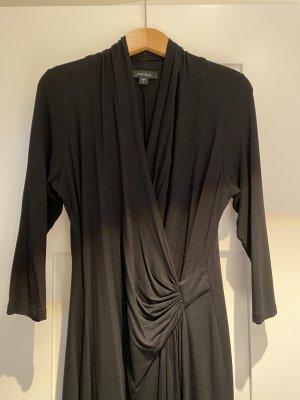 Schwarzes Jerseykleid im Wickelstil