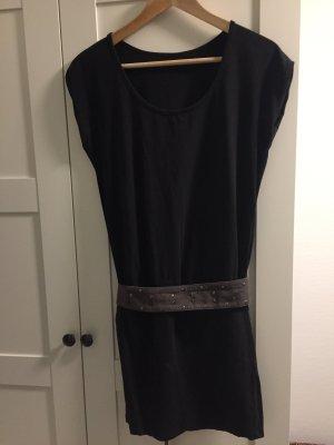Schwarzes Jerseykleid mit nietenbesetztem Bindegürtel (M)